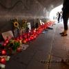 Tausende Kerzen säumen den Tunnel und viele traurige Menschen stehen hier und verweilen.