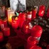 Hier trauert eine Frau um ihre Freundin, die bei der Loveparade zu Tode kam.