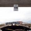 Dieses Schild der Loveparade hat noch niemand abgenommen. Der Banner hinter dem Schild spricht Bände.